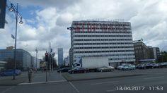 Mitte, Haus der Statistik, gammelt vor sich hin.Das Haus der Statistik ist ein Gebäudekomplex im Berliner Ortsteil Mitte in der Otto-Braun-Straße 70–72 (zwischen 1966 und 1995 Hans-Beimler-Straße). Er entstand 1968–1970, wurde nach der deutschen Wiedervereinigung von bundesdeutschen Behörden neu genutzt, im Jahr 2008 jedoch leer gezogen. Das Bauwerk befindet sich im Eigentum der Bundesrepublik Deutschland.