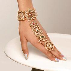 Indian Jewelry Earrings, Indian Wedding Jewelry, Hand Jewelry, Jewellry Box, Jewelery, Indian Bridal, Antique Jewellery Designs, Fancy Jewellery, Gold Jewellery Design
