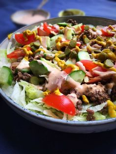 Cheeseburger salad - delicious LCHF salad with a taste of burger I Love Food, Good Food, Big Mac Salad, Lchf, Cheeseburgers, Low Carb Keto, Grain Free, Cobb Salad, Easy Meals