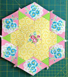 Smitten Hexagon Large Two B Quilting Templates, Quilting Tutorials, Quilting Projects, Quilting Ideas, Hexagon Quilt Pattern, Hexagon Patchwork, Paper Piecing Patterns, Quilt Patterns, Millefiori Quilts