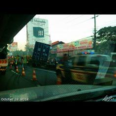 事故渋滞その2 コンテナ事故  #accident No.2 40ft container #truck #crush into service road from #slex #southbound heavy #traffic #philippines #フィリピン