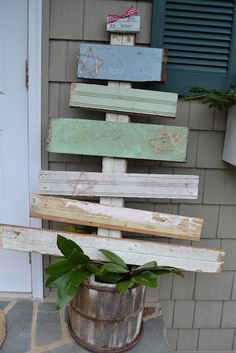 Outdoor Decor Inspiration - Create a rustic Christmas tree using lengths of old boards (don't forget to paint a star!)