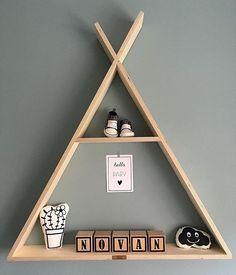 Hoe cool is dit?! Onze toffe naamblokjes met wat leuke accessoires in een houten…
