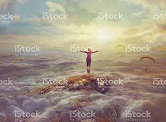 若い女性の上に立つロックに離婚手 ストックフォト・写真素材 85021099 - iStock