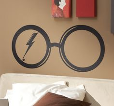 A great wall sticker for die hard Harry Potter fans! Harry's iconic round glasses with his lightening strike scar inside. Ideal for decorating bedrooms in a fun way! #Movies #Film #Decoration