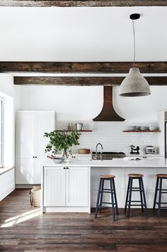 Awesome Rustic Farmhouse Kitchen Cabinets Décor Ideas Of Your Dreams Farmhouse Kitchen Island, Kitchen Island Decor, Kitchen Cabinets Decor, Home Decor Kitchen, Rustic Kitchen, Kitchen Ideas, Kitchen White, Cabinet Decor, Vintage Kitchen