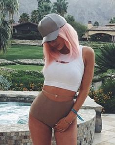 Another weekend, another Coachella bash! Kylie Jenner attended the musical festival once more in Indio, Calif., on Friday, April 17. But instead of rocking out with her eye-catching blue hair, the reality star decided to change it up with a pink wig. Peinados Kylie Jenner, Kylie Jenner Hair, Estilo Kylie Jenner, Kylie Jenner Style, Celebrity Beauty, Celebrity Style, Coachella Looks, Pink Wig, T Dress
