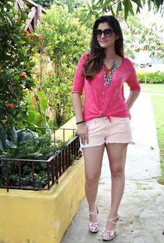 Look da blogueira Talita Vieira (http://www.agendafashion.com.br/) shorts com tricô rosa, maxi colar e anabela floral BK, look romântico e feminino!