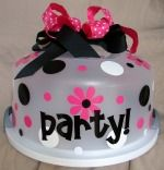 How cool to dec the cake container for a bday party, in whatever theme you are doing your kids party in. We'll def be trying this for when we have the kids party outside of the house, since we have to transfer the cake/cupcakes anyways. Cricut Cake, Cricut Vinyl, Silhouette Cameo Vinyl, Silhouette Projects, Dot Cakes, Cupcake Cakes, Vinyl Crafts, Vinyl Projects, Cupcake Container