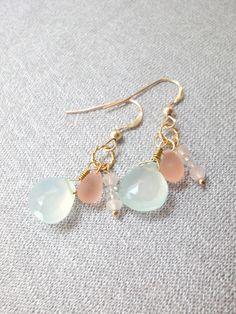 春の訪れを感じさせる、ピンクと水色を基調にした天然石のイヤリング。<使用パーツ>天然石:カルセドニー、アクアマリン、ローズクォーツ金属:14K ゴールドフィル...|ハンドメイド、手作り、手仕事品の通販・販売・購入ならCreema。