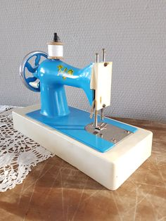 Very cute vintage children's sewing machine, hand turned.  This will look great in a children's room, atelier or maybe your haberdashery shop.  In used, but fair condition.  € 22,50