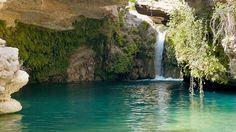 Salto del Usero, Murcia - Donde el río Mula cae en una cascada de cuatro metros sobre una poza de dimensiones olímpicas . Para más lujo, esta piscina natural está parcialmente cubierta por una cúpula de travertino, que ha sido labrada durante milenios por la erosión remontante del río.