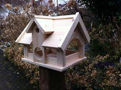 **Vogelvilla Typ Landhaus,ein Vogelhaus in der Größe XXL.**  Sehr viel Platz für Futter. Dieses riesige Vogelhaus wird aus 18 mm Kiefernholz in liebevoller Handarbeit gefertigt. Ein echtes...