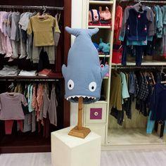 Nuestro querido tiburón presidiendo un bonito espacio  #nins #ninsmanresa #kikkid #picoftheday #photooftheday #bestoftheday #kidsfashion #scandifashion #babybites #babybiters #sacos #madeinbarcelona #cotton #cute #kidscase #modainfantil #moda