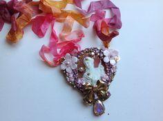 Pendentif coeur baroque , grand camée ancien , joueuse de luth, cristaux ,roses : Pendentif par paolinabarocchina