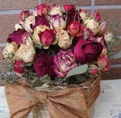 Trucos para limpiar flores secas. Las flores secas son un perfecto complemento decorativo para nuestro hogar, dándole un toque vintage a cualquier espacio. Además se trata de una opción muy económica, pues basta con secar cualquier fl...