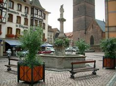 Obernai: Marketplace with the Sainte-Odile fountain, belfry (Kapellturm) and half-timbered houses - France-Voyage.com