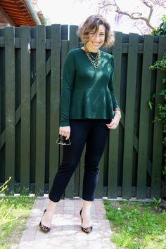 Scarpin de onça com verde.