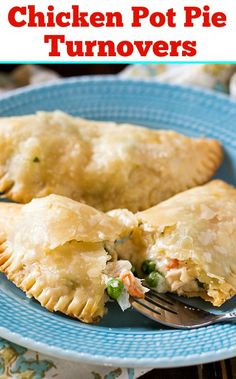 Youll love these Chicken Pot Pie Turnovers that you can eat with your hands. Several shortcuts make them super easy to make and they have a fabulously creamy filling. Beef Pot Pies, Meat Pies, Chicken Pot Pies, It Goes On, Tater Tots, Food Dishes, Food Food, Hamburgers, Cooking Recipes