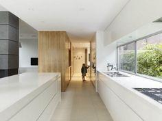 cuisne minimaliste blanche avec éléments en bois et béton
