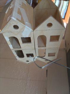 Ik heb nu al bijna 2 huizen in elkaar gezet. In de tussentijd toen het 2e huisje aan het drogen was, ging ik alvast dakpannen proberen te maken. Ik probeerde van een ijzeren stang een rechthoek te maken in de vorm van een dakpan en die ga ik dan in de ijzeren plaat slaan. Het lukte mij niet om de bochten goed recht te krijgen, dus dat ga ik de volgende keer doen.
