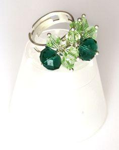 """""""Apollo"""" è un anello ricercato e ricco. Le perline pendenti sono mezzi cristalli in due tonalità di verde."""