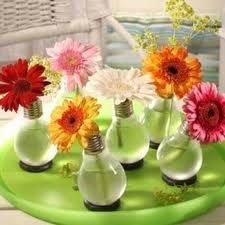 Another cool vase idea. With light bulbs. Flower Power, Light Bulb Vase, Vase Transparent, Deco Originale, Diy Recycle, Fun Crafts, Floral Arrangements, Projects To Try, Crafty