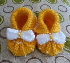 Knitted ankle boots with yellow pearl bow - Örgü Modelleri . Knitted ankle boots with yellow pearl bow - Örgü Modelleri # pantouflesàtricoter Baby Booties Knitting Pattern, Knit Baby Shoes, Crochet Baby Boots, Knitted Booties, Baby Hats Knitting, Baby Knitting Patterns, Knitting Socks, Baby Patterns, Knitted Hats