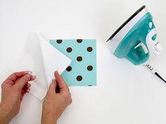Corte o papel contact no mesmo tamanho do tecido