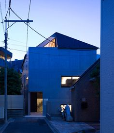 apollo architects completes house with a hatlike roof