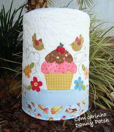 Capa de Galão/Bombona com aplicações em tecido nacional e importado. As cores  podem variar de acordo com a sua preferência. R$ 83,86
