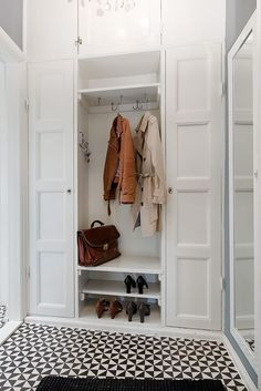 : 52 Entrance Home Decor How To Update Your Living Room Update dec . 52 Entrance Home Decor How To Update Your Living Room – To update decor entrance living room dec decor entrance home homedecorart homedecorhallway Living Room upda Home Interior, Interior Design Living Room, Decoration Hall, Entryway Decor, Entryway Storage, Closet Storage, Small Staircase, Apartment Door, Small Entryways