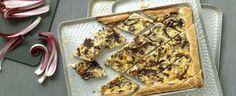 Saporita torta salata farcita di provola affumicata, speck e un composto di ricotta, radicchio rosso, uovo e parmigiano.