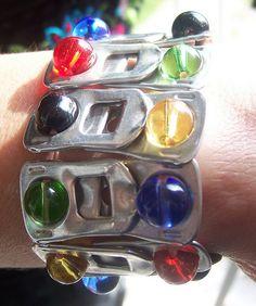 Armband van bliklipjes versierd met kralen