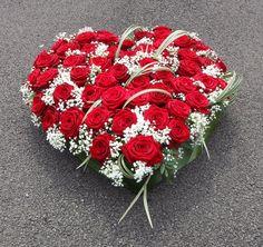 Commandez directement vos fleurs aux fleuristes locaux. Ici c'est A la Magie de Léa qui vous propose une création originale à 283€ Coeur de deuil réalisé avec de belles roses rouges. Taille 70 cm environ. Possibilité de mettre un ruban, nous contacter. en livraison autour de Bourges https://www.coleebree.com/bourges/a-la-magie-de-lea/bouquets?command=ec6c138b-2b4a-4125-8f95-be6f72097fab