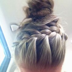 Summer top knot. Obsessed!