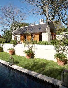 Simon McCullagh Architects Cape Barn retreat is a contemporary Cape barns were designed around courtyards to maximise views and offer protection from the prevailing summer and winter winds. Farmhouse Architecture, Vernacular Architecture, Architecture Design, Cottage Exterior, Modern Farmhouse Exterior, Style At Home, South African Homes, Holland, Modern Barn