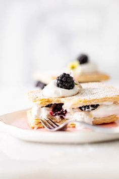 An easy and quick recipe for vegan berry Napoleon/mille feuille with puff pastry, coconut whip and fresh blackberries.