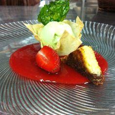 Basilikumeis mit einer Sauce von Erdbeeren und roten Paprika.
