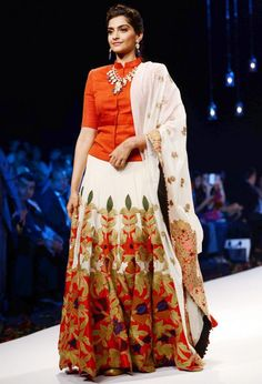 Sonam Kapoor at the India International Jewellery week. Saris, Indian Attire, Indian Wear, Indian Dresses, Indian Outfits, Indian Clothes, Ethnic Fashion, Indian Fashion, Sonam Kapoor