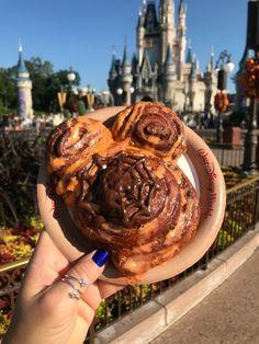 Best Eats at Magic Kingdom For Fall - Disney Dining Disney Drinks, Disney Desserts, Disney Snacks, Party Desserts, Dessert Recipes, Comida Disneyland, Birthday Cake Milkshake, Disney World Food, Disney Worlds