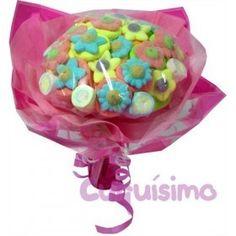 RAMO GOLOSINAS ENAMORADOS  Si sabes que le gustan las flores... o no. Un dulce ramo con deliciosas chuces. ¿A qué es original?