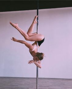 I'd love to learn this. Pole Fitness Moves, Pole Dance Moves, Pole Dancing Fitness, Dance Poses, Barre Fitness, Fitness Exercises, Aerial Dance, Aerial Hoop, Aerial Arts