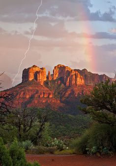 If you are a visitor to Sedona, you have probably seen pictures of the city's gorgeous red rocks. Majority of the time, those red formations belong to Sedona's landmark attraction – Cathedral Rock. Beautiful World, Beautiful Places, Formations Rocheuses, Sedona Arizona, Arizona Usa, Arizona State, Parcs, Belle Photo, Beautiful Landscapes