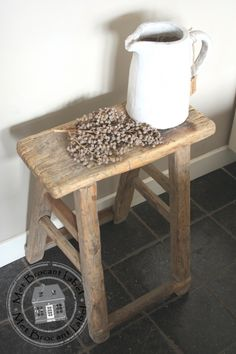 - Leuk voor in de badkamer -  Oud houten krukje nr. 1   Sober & Oud hout   Met Brocant Label