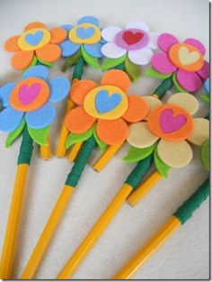 ✄ A Fondness for Felt ✄ DIY craft inspiration - felt flower pencil toppers