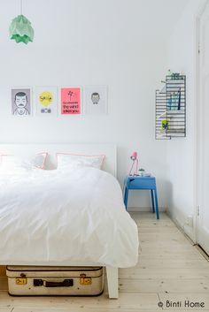 Lekfull inredning i vitaste vitt med inslag av starka färger ‹ Dansk inredning och design