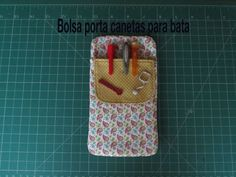 Bolsa porta canetas para bata passo a passo - YouTube Fabric Covered, Pattern Making, Cute Gifts, Manicure, Patches, Arts And Crafts, Wallet, Sewing, How To Make