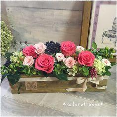 これからの季節に咲き誇る庭をイメージして、まるで生花のようなみずみずしい薔薇を3種類使い、フレッシュな色合いのアレンジです。いつも、元気で明るいお母様にピッタリ新築、ご結婚のお祝いにもいかがでしょうか。材料・素材*プリザーブドフラワー*薔薇3種類・ペッ...