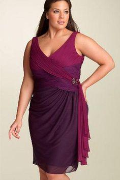 Invista em vestidos com tecidos leves e corte reto para alongar o corpo e não marcar as gordurinhas.